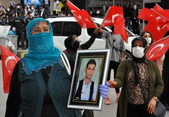 İdil'li Anne Sakine Kartal Dağa Kaçırılan Oğlu İçin HDP Binası Önünde