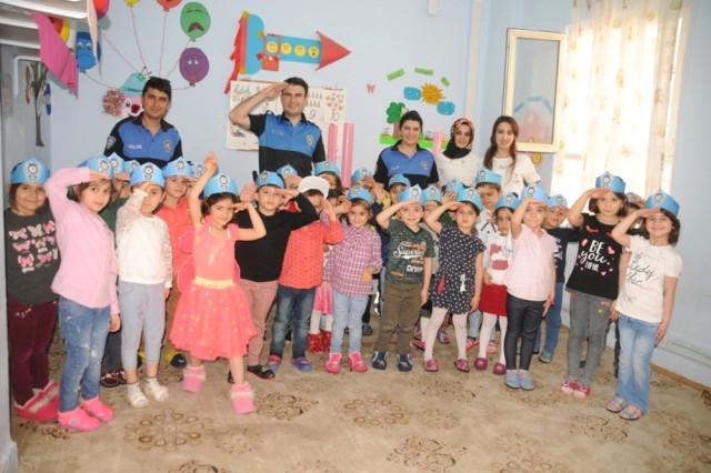 Cizre'de Polis, Minik Öğrencilere Kendini Tanıttı