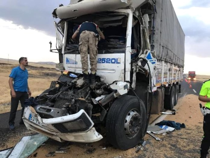 İdil'de kamyonlar çarpıştı: 1 ölü