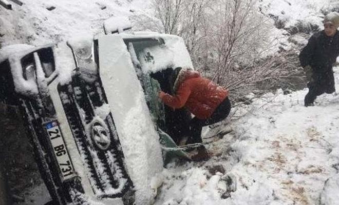 Şırnak'ta yolcu minibüsü şarampole devrildi: 5 yaralı