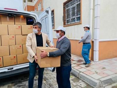 Abdurrahim Karatay depremzedeler için hazırladığı kolileri teslim etti