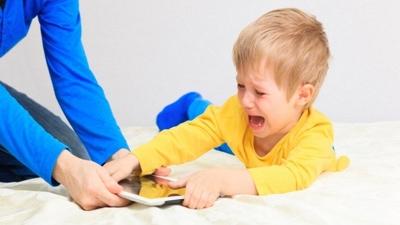 Ağlayan çocuklara cep telefonu vermek doğru mu?