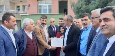 AK Parti idil İl genel meclis üyesi  mazbatasını aldı.