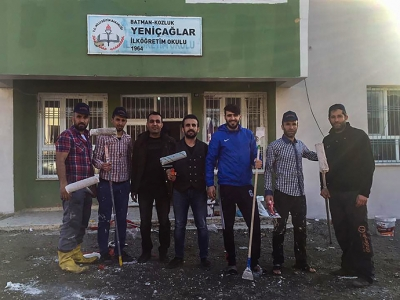 Futbolcular köy okulunu boyadı