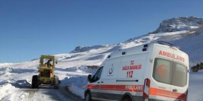 idil'de hasta kurtarmaya giderken karda mahsur kalan ambulans karla mücadele ekipleri Tarafından kurtarıldı.