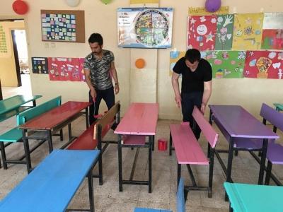 İdil'de Okul Müdürü Ve Rehberlik Öğretmeni  hafta sonu sıra ve masaları boyadı
