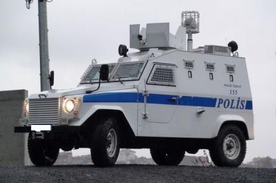 İdil'de Polis zırhlı araçlarından vatandaşlara 'evde kalın' uyarısı