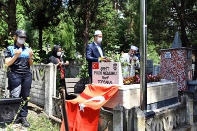 İdil'de Şehit Olan Polis Memuru Nazif Topsakal mezarı başında anıldı