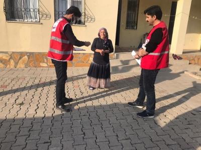 Kızılay İdil Temsilciliği ilçe merkezinde muhtaç aileleri ziyaret etti.