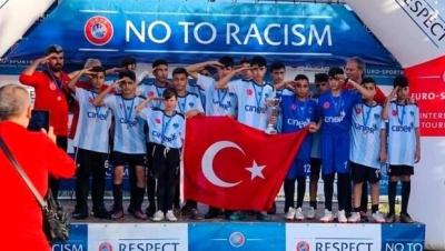 Şırnak UYAFA Takımı, Barcelona'da ikincilik kupasını kaldırdı