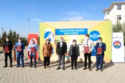 Şırnak'ta, düzenlenen törenle 35 okula, 'Okulum Temiz' belgesi verildi.