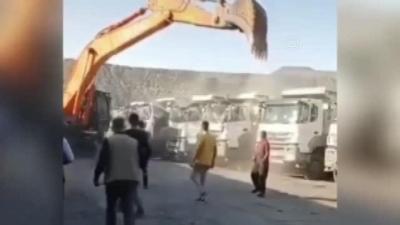Ücretini alamayan işçi iş makinesiyle kamyonların kabin kısmını ezdi