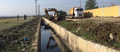 Yağmur suyu kanalı temizlenip üstü kapatılacak
