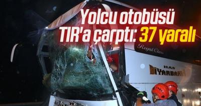 Yolcu otobüsü TIR'a çarptı! 37 kişi yaralandı